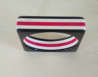 Lucite Bangle Bracelet/Red, Black & White/Plastic/Circle in Square/Stripes/Chunky/Clunky/Small Wrist Size/lindafrenchgallery