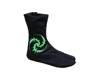 Black ninja boots 'Tri-Skelion' embroidery. Ninja shoes. Unisex cotton ninja tabi boots. Japanese work boots, split toe, flat sole, Jikatabe