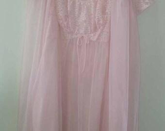 1960 DePinna Vanity Fair Pale Pink LACE Peignoir Nightgown Robe Set knee Vintage