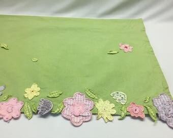 Adorable POTTERY BARN KIDS Green Daisy Garden Appliqued Floral Valance