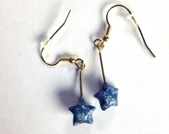 Boucles d'oreilles origami étoiles pendantes, en papier bleu à motifs