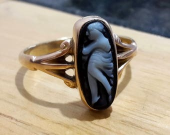 This is a beautiful quality antique victorian 9ct rose gold hard stone cameo ring