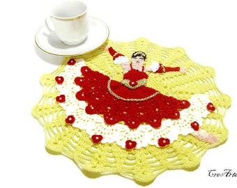 Round Red and Yellow crochet doily with Spanish dancer, centrino rotondo giallo e rosso con dama spagnola all'uncinetto