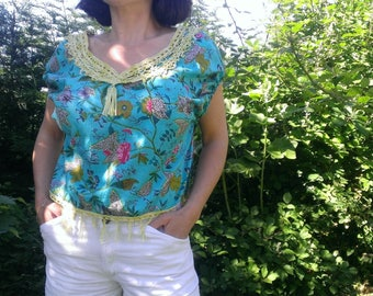 Blouse woman with small capped sleeves in turquoise printed fabric and edges carved Oriental-inspired handmade crochet
