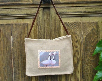 Shoulder bag in Burlap with the application of an illustration.