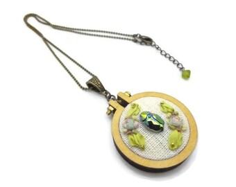 Collier pendentif brodé scarabée cristal et soie