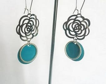 Pair of earrings blue and silver flowers