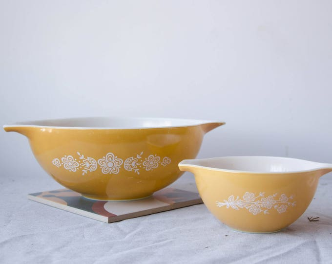 Vintage Yellow pyrex mixing bowls. set of 2