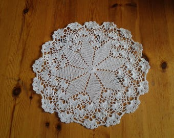 Doily in white cotton hand crocheted, star pattern