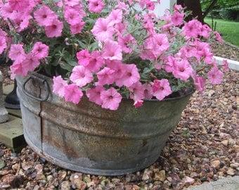 large round galvanized tub, vintage wash tub, garden decor, farmhouse decor, round wash tub