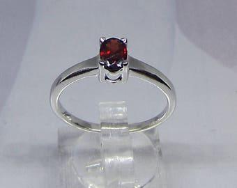 Ring set silver 4 claw parementée a Garnet size 52
