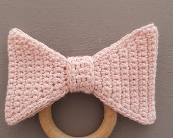 Wood theeting ring 'bow' - crocheted