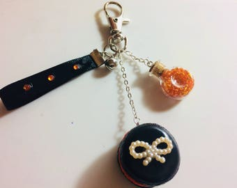 Matching black and orange macaroon Keyring has a mini-fiole filled with orange beads.