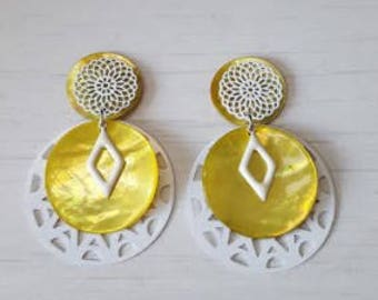 Dangling earrings in yellow and white