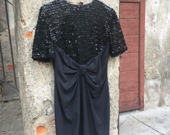 Black sheath dress in evening with sequin embroidered motif and waist closure with a bow