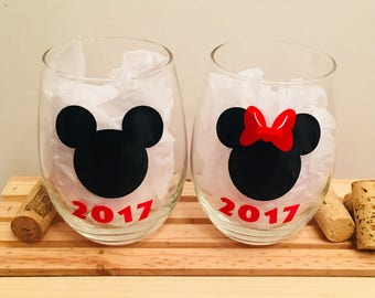Disney wine glass, Minnie, Mickey, Disney Wolrd, Customizable Wine Glass, Personalized Wine Glass, Gifts for Her