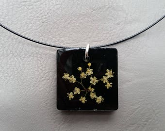 Round neck + square pendant in resin and dried elder flowers