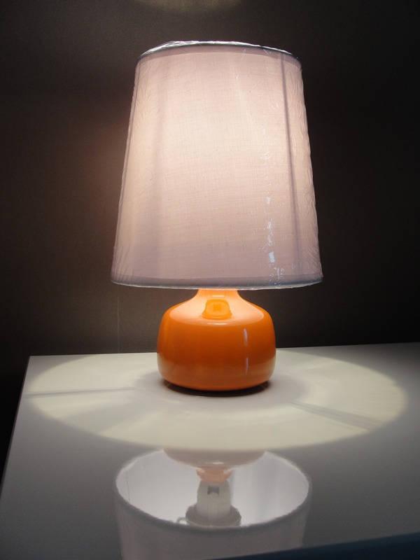 petite lampe de chevet orange et blanche vintage et tendance. Black Bedroom Furniture Sets. Home Design Ideas