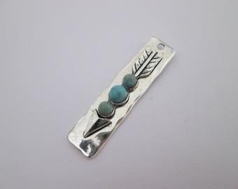 1 breloque flèche et cabochon turquoise 43 x 10 mm en métal argenté