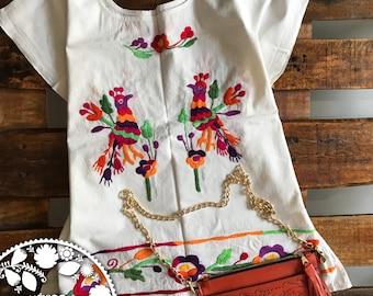 Blouse birds. In blanket embroidered double-hand view.