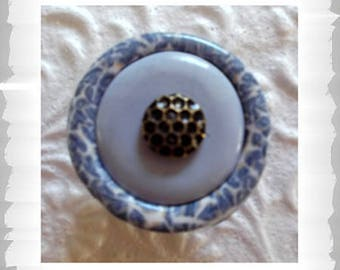 Boutons de meuble fantaisie bleu clair, ronds, avec motifs fins gris, et blanc sur le contour