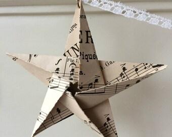 Guirlande d'étoiles: ancienne partition de musique et vieille dentelle