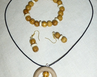 Jewelry set made with natural wood beads, multicolored.
