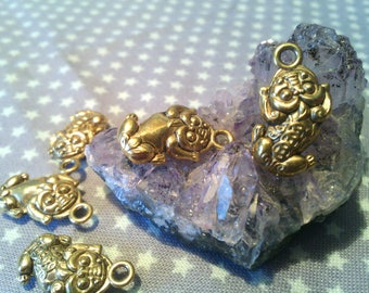 "X 5 charm ""Asian lion"" Golden 19 * 10 * 5 mm"