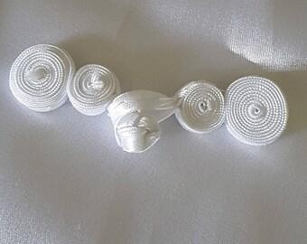 Buttons bow - 6 cm white satin Chinese clip Brandenburg