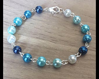 Shades of blue glass beads bracelet.