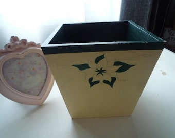 Flower pot painted in ivory/green natural wood dark 12 * 12 cm