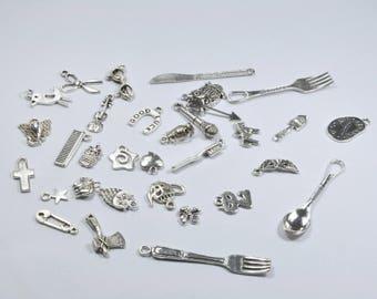 LT3 - Lot de 32 breloques en métal diverses