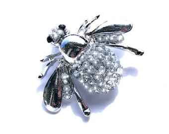 Broche argenté insecte et strass blanc.