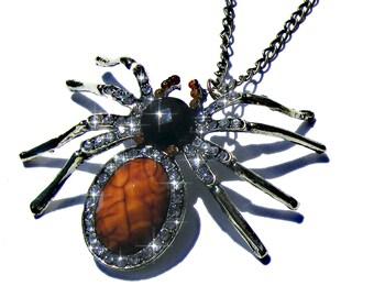 Sautoir araigné doré, résine à facette marron et noire, strass blanc, chaine cuivré.
