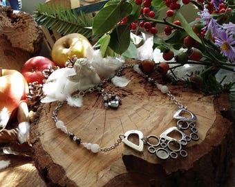 Collier de perle en hématite et quartz rose style baroque en mélange d'acier et de métal foncé presque noir chromé.