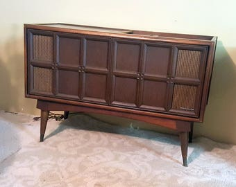 Mid Century Magnavox Radio Sliding Door Cabinet Speakers Stereo Record Player Console Table