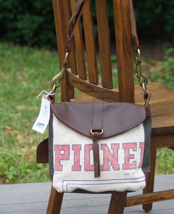 Pioneer Hybrid Seed Corn Small Leather Messenger Americana