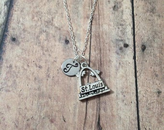 St. Louis arch initial necklace - St. Louis arch jewelry, US landmark jewelry, Missouri jewelry, USA jewelry, silver St. Louis arch pendant