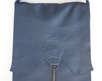 Raw edge leather bag with vintage key - navy