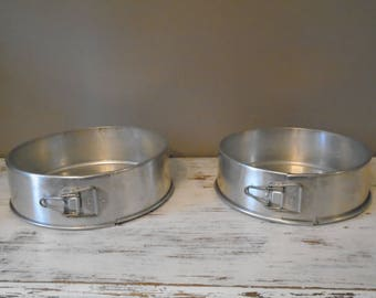 Set of 2 vintage aluminum springform cake pans / cheesecake pans / layer cake pans / useable with working latches