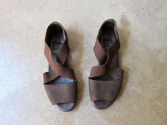 90s Minimal Brown Sandals Leather & Elastic Band Slides Slip On Suede Flats Vintage Modern Peep Toes Casual Beach Summer Sandals Womens 8