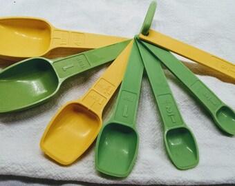 Vintage Tupperware / Measuring Spoon Set / 8 Piece Set / Retro Tupperware / Cooking Gadgets / Yellow Green Spoons / Vintage Gadgets