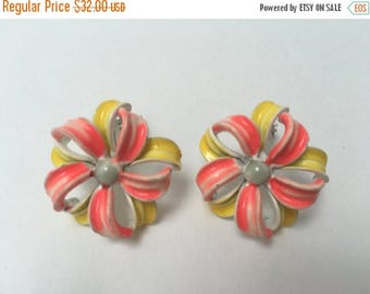 Lisner Flower Earrings Cold Enamel Earrings 1960s Retro Vintage Jewelry