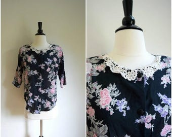 Summer Sale Vintage black floral blouse with delicate lace collar / boho button back tee