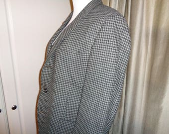 Vintage Tailored Wool Sports Jacket, A Houndstooth Patterned Tweed Coat with partial silk lining in Vintage Condition for A Man or A Woman