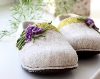 Felt slippers,natural beige women slippers, hygge home style houseshoes, Felted wool slippers with lace and purple flowers, Christmas gift