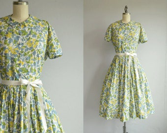 Vintage 1950s Dress / 50s Floral Print with Full Pleated Skirt Shirtdress / Patterned Summder Dress