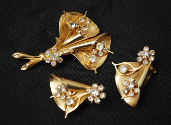 Flower Brooch and Earrings set - gold plated - rhinestone - floral - Designer signed Weiss NY - mid century