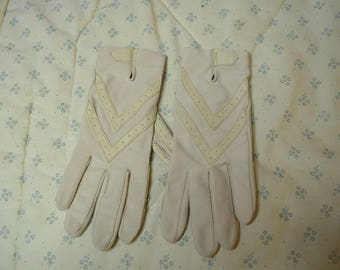 Pair of Beige Isotoner Gloves of Nylon and Lycra Spandex One Size