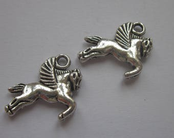 2 horse charms silver winged metal 17 mm (6151).